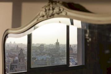 Elegante piso con terraza y vistas en venta junto al río Turia en Valencia.