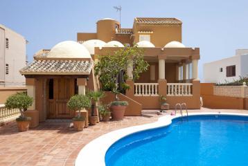 Venta de villa en primera línea de playa a menos de 15 km de Valencia.