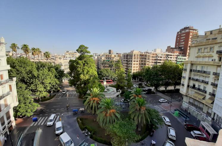 Ático en alquiler junto a plaza de Cánovas en Valencia.