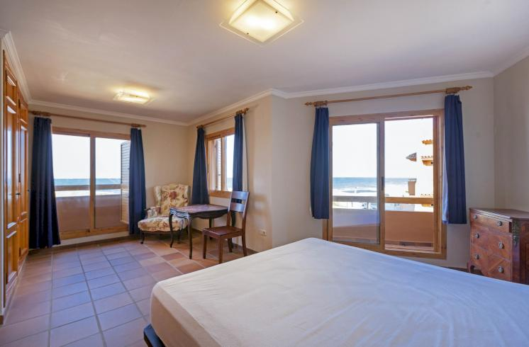 Adosado con terrazas y acceso directo a la playa en El Perellonet.