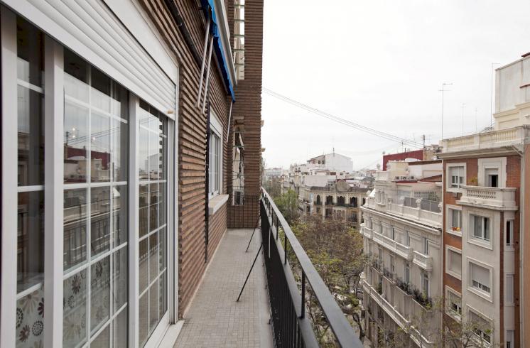 Espacioso piso con balcón, en venta, en El Ensanche, Valencia.