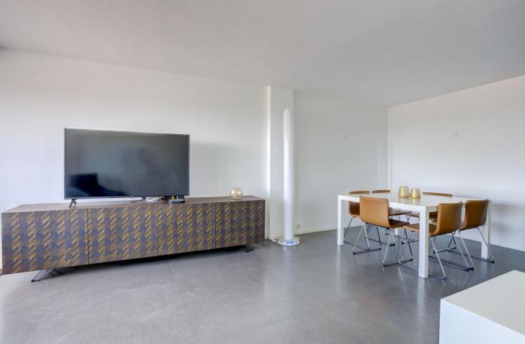 Piso moderno con terraza y plaza de garaje en la Avenida Aragón, Valencia.